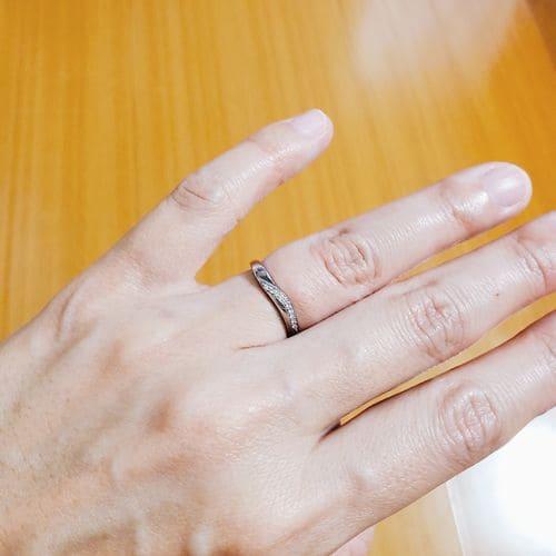 まめ大福さんの結婚指輪指にはめた写真
