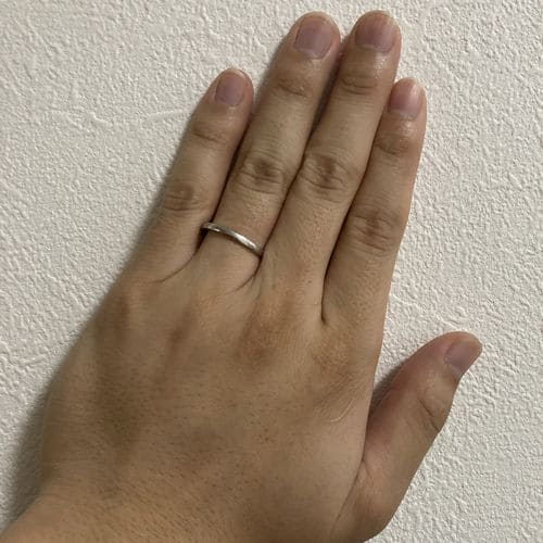 かずきさんの結婚指輪(カルティエ)指にはめた写真