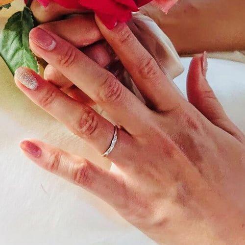 Mari-guruさんの結婚指輪指にはめた写真