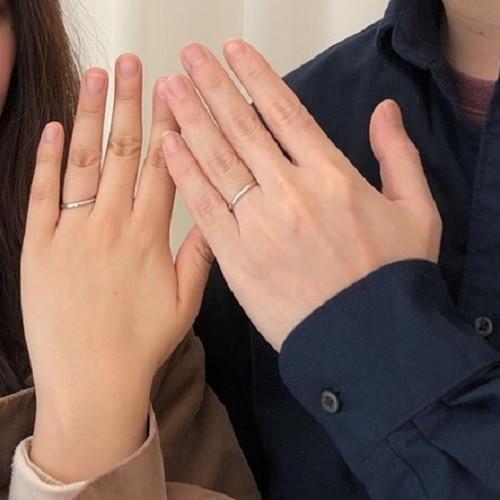 しおはじさんの結婚指輪(4℃)指にはめた写真