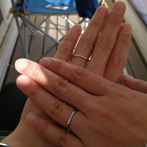 ひとみさんの結婚指輪(4°C)手にはめた写真