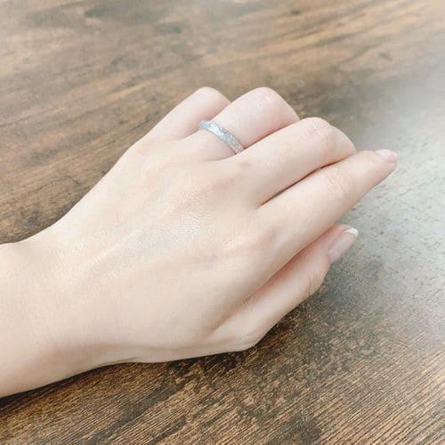 naoさんが貰った結婚指輪手にはめた写真